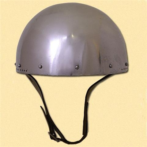Simpele helm met gaatjes voor de bevestiging van maliën
